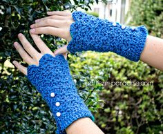 #12WeeksChristmasCAL Free Crochet Pattern Fingerless Gloves Mittens by Pattern-Paradise.com #crochet #freepattern #gloves #patternparadisecrochet