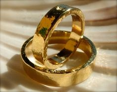 Hammered 18K yellow gold wedding rings