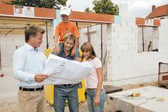 """Jeder, der sich den Traum vom Eigenheim erfüllen möchte, steht anfangs vor der gleichen Frage: In welcher Bauweise soll mein künftiger Lebensmittelpunkt errichtet sein? """"Massiv mein Haus"""" hält zahlreiche Tipps für Bauherren in spe bereit."""