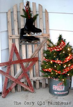 40 Rustic Outdoor Christmas Décor Ideas - Christmas decorations are marked by the beauty of traditional accents that you can add to your home. In this regard, rustic or country style decor looks absolutely stunning. You may have come across many ideas … Primitive Christmas, Christmas Porch, Country Christmas, All Things Christmas, Winter Christmas, Winter Porch, Christmas Stars, Primitive Decor, Christmas Lights
