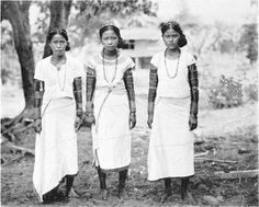 Three Filipina in white short-sleeved blouses and long skirt, beaded head ornaments and neck pieces, and armbands. Diy Necklace Making, Homemade Necklaces, Philippines Culture, Filipino Culture, Culture Clothing, Hemp Necklace, India, Neck Piece, Vintage Pictures