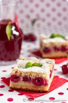 Prajitura cu visine, o prajitura rapida si racoroasa, cu blat delicios cu unt, oua si faina si visine delicioase. Romanian Desserts, Romanian Food, Romanian Recipes, Chocolate Cherry Cake, Healthy Freezer Meals, Poke Cakes, Pinterest Recipes, I Love Food, Fudge