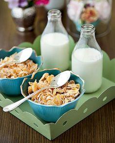 Para o leite do cereal, a dica é servir individualmente, reaproveitando garrafinhas de leite de coco