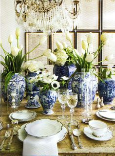 Dining table decked in blue & white ginger jars and white flowers (Design: Lisa Luby Ryan. Photo: Veranda, November / December 2010)
