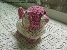 Olá pessoal!!!   Hoje estou aqui para compartilhar com vocês o passo a passo de um Cachorrinho de crochê que serve como Peso de Porta, olhe...