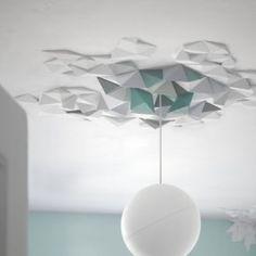 Das Deckensystem RHOMBUS, passt sich nach Belieben dem Raum an. Die polygonalen Elemente können geometrisch strukturiert, abstrakt angeordnet und durch weitere Elemente ergänzt werden. Die Packung besteht aus einzelnen Elementen für ca 1m² Fläche.Dimensionen:1 Kit bedeckt ~1m²