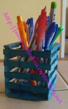 Pot a crayons - Pince a linge Craft Stick Crafts, Crafts To Sell, Easy Crafts, Diy And Crafts, Halloween Crafts For Kids, Holiday Crafts, Wooden Clothespin Crafts, Pot A Crayon, Bazaar Crafts
