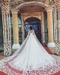 via - Wedding Gowns Platform Stunning Wedding Dresses, Princess Wedding Dresses, Dream Wedding Dresses, Beautiful Gowns, Bridal Dresses, Wedding Gowns, Fairytale Dress, Headpiece Wedding, Dream Dress