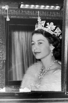 Queen Elizabeth II en route to the first State Opening of Parliament under her reign. (Photo by Fox Photos/Getty Images) Die Queen, Hm The Queen, Royal Queen, Her Majesty The Queen, Queen Liz, Windsor, English Royal Family, British Royal Families, British Family