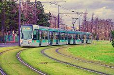 Paris vue depuis le square de la Butte du Chapeau Rouge 6 Boulevard Serurier le Tramway T3b arrive