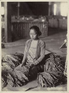 Indonesian Women, Indonesian Art, Emotional Photography, Dutch East Indies, Bad Picture, Historical Pictures, Borneo, Women In History, Vintage Pictures