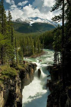 Cachoeira Sunwapta é uma cachoeira do Rio Sunwapta localizado no Parque Nacional de Jasper, em Alberta, no Canadá. A água tem origem na Geleira Athabasca, e os volumes são maiores no início de junho.  Fotografia: Kris Taeleman no Flickr.