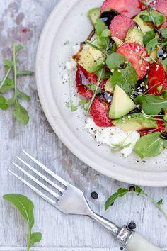 Im Sommer einen bunten Avocado-Salat selber machen! Warum nicht? Das Rezept schmeckt durch die Erdbeeren sehr frisch und ist zudem auch noch Low Carb.
