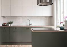 Vita köksluckor med smyckande olivgröna underskåp. De inbyggda LED-spotlighten på undersidan av överskåpen ger ett behagligt arbetsljus. Planlimmad diskho och köksblandare med utdragbart munstycke | Ballingslöv