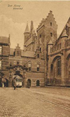 Trammetje op het Binnenhof. European People, La Haye, The Hague, 10 Picture, The Good Old Days, Holland, Barcelona Cathedral, Vintage Photos, Netherlands