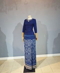 put pongpipat (@putter_put) • รูปและวิดีโอ Instagram Batik Fashion, Ethnic Fashion, Skirt Fashion, Fashion Dresses, Batik Dress, Silk Dress, Thai Traditional Dress, Thai Dress, Trendy Dresses