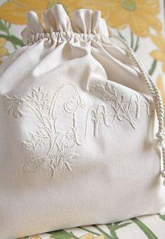 Embroidery Monogram Machine 18 New Ideas Embroidery Monogram, Embroidery Transfers, White Embroidery, Vintage Embroidery, Embroidery Designs, Machine Embroidery, Fabric Bags, Linen Fabric, Fabric Gifts
