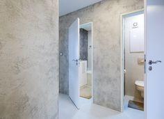 V předsíni je na podlaze použitý betonepox soft, na stěnách betonová stěrka.