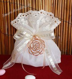 Μπομπονιέρα γάμου πουγκάκι με διακοσμητικό τριαντάφυλλο
