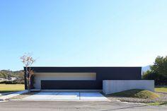 シンプルで美しいミニマルな外観はまるで美術館のよう。内部は閉鎖的な外観からは想像できない、周囲に広がる田園を取り込んだ開放的な空間が広がります。 Facade Design, Exterior Design, House Of The Rising Sun, Modern Contemporary Homes, Minimalist Home Interior, Story House, Facade House, Glass House, Modern House Design