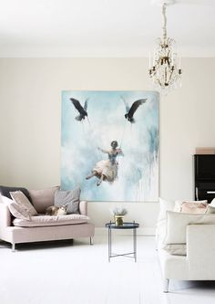 Eleganssia ja rentoa arkea. Tässä pastellisävyisessä unelmien kodissa mekot saavat roikkua seinillä ja kissat hyppiä pöydillä. Inspiroidu Avotakan kotijutusta.