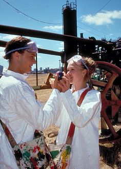 Heath Ledger and Julia Stiles on the set of 10 Things I Hate About You 90s Movies, Iconic Movies, Series Movies, Good Movies, Movie Tv, Foto Poster, Julia Stiles, The Love Club, Teen Romance