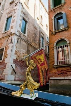 Dettaglio della piccola statua dorata su una gondola a Venezia