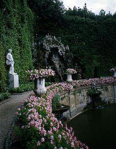 Italian garden with water feature Formal Gardens, Outdoor Gardens, Garden Paths, Garden Landscaping, Garden Types, English Garden Design, Italian Garden, Exterior, Enchanted Garden