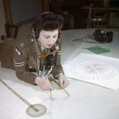A member of the Auxiliary Territorial Service, Miss Elizabeth Amery, computes the range at 428 Battery, Coastal Defence Artillery Headquarte. Women In History, World History, Ww2 Women, Battle Of Britain, British Army, Military History, World War Two, Wwii, 1940's Fashion