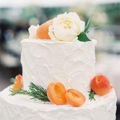 Vruchten en vruchtensmaakjes zijn deze zomer een trend voor bruidstaarten. Voor welke smaak ga jij? #praatmee Foto: O'Malley Photographers #WeddingdecoNL #weddingdeco #bruidstaart #weddingcake #perzik #peach #taart #cake #bruiloft #trouwen #huwelijk #wedding #verloofd #engaged #trouwenin2016 #bruiloftinspiratie #weddinginspiration #omallyphotographers