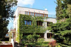 Dům Řezáč, Na Ostrohu 56, Dejvice. Vila byla postavena v roce 1932 pro spisovatele Václava Řezáče. Autorem velmi úsporného domu je architekt Vojtěch Kerhart.