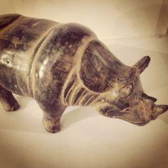 ... è addirittura stato confuso con il drago. In effetti il rinoceronte è sempre stato profondamente legato a creature mitiche e fantastiche: non poteva essere altrimenti, visto che non si tratta di un animale che possa passare facilmente inosservato. La causa di tutto è il suo corno, piazzato nel bel mezzo del naso: una caratteristica bizzarra e unica tra i mammiferi, che pare fatta apposta per accendere la fantasia dell'uomo e per diventare simbolo di forza e di potenza.