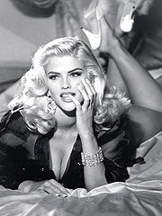 Here's gorgeous Anna Nicole Smith appearing in Georges Marciano's iconic Guess Jeans ad campaign. Yes, there was actually a time when Anna Nicole wasn't a bloated, dope addled train wreck! Anna Nicole Smith, Ann Nicole, Anna Smith, Ellen Von Unwerth, Lara Stone, Modelos Guess, Guess Campaigns, Ad Campaigns, Foto Glamour