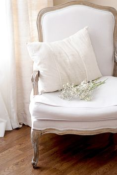 White french bergère, the simplistic decoration