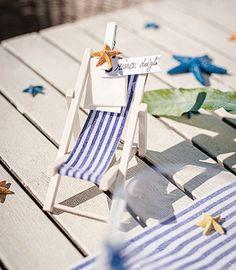 Décoration de table mini chaise longue - Idéale pour un thème sur la mer, cette mini chaise longue en bois vous servira de marque-place pour positionner vos invités ! http://www.mariage.fr/petite-chaise-longue-deco-de-table-marque-place.html