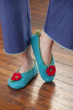 Love these slippers! Free pattern... Not that I'll ever be able to make these, but perhaps I can share the pattern and hint a lot. ;-)