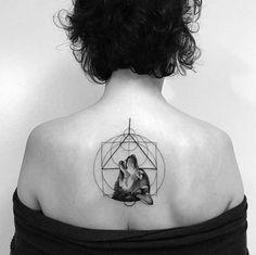 Tatouage loup femme – connotations et 40 idées sur les emplacements et les dessins