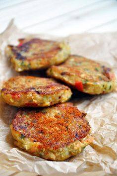 These spicy vegan lentil cakes are perfect for satisfying your spicy food cravings! They're easy to make, protein-rich and have a spicy and smoky flavor! Vegan Foods, Vegan Dishes, Vegan Vegetarian, Vegetarian Recipes, Vegetarian Sandwiches, Going Vegetarian, Vegetarian Breakfast, Vegetarian Dinners, Vegan Lentil Recipes