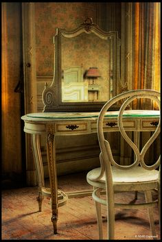 What a beautiful set of furniture...wonder why it got left behind?