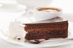 Por trás de uma torta que tem nome de Sacher e possui mais de 180 anos de tradição, circulam muitas histórias e curiosidades. Essa famosa torta e celebrada torta é um clássico com sabores e texturas únicas, que desafiam o paladar das pessoas com o perfeito equilíbrio e contraste de sabores que possui. Criada em 1832 pelo então aprendiz de cozinhando Franz Sacher, a torta que leva o seu nome se tornou uma especialidade austríaca, servida sempre em ocasiões especiais