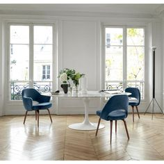 Knoll Saarinen Oval Dining Table in situ with Blue Velvet Saarinen Executive Chairs Saarinen Tisch, Saarinen Chair, Mesa Saarinen, Armless Chair, Knoll Table, Tulip Dining Table, Oval Dining Tables, White Dining Table Modern, Dining Chairs