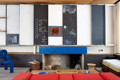 Living room - Fire place, reversible chalkboard panels - The mid-century home of the Norwegian designer couple Arne Korsmo & Grete Prytz Kittelsen - Via DN Colour Architecture, Interior Architecture, Mid-century Interior, Interior Design, Sweet Home, City Furniture, Inside Design, Mid Century House, Mid-century Modern