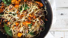 Kürbisspaghetti mit Walnüssen und Blattspinat