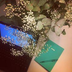Ilta kuluu tänään koneen äärellä. Seuraavaksi pitäisi uppoutua artikkelin pariin. Onneksi on kukkia  #töissä #instahome #home #flowers #kukkia #harsokukka #eukalyptus #working #studying #memo #notes #bulletjournal