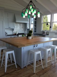 Great small kitchen. Not a fan of the green light fixture with the pale blue.