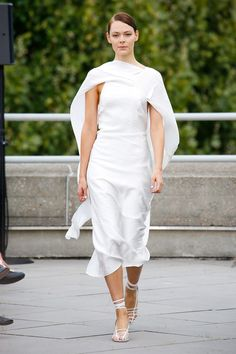 Roland Mouret Spring 2019 Ready-to-Wear Fashion Show Collection: See the complete Roland Mouret Spring 2019 Ready-to-Wear collection. Look 10 London Fashion Weeks, Women's Runway Fashion, Fashion Trends, Backstage, Mother Of The Bride Fashion, Fashion Forecasting, Vogue, Roland Mouret, Queen
