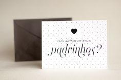 """Cartão delicado e cheio de bossa, para você convidar aquele casal de amigos para serem seu padrinhos, com muito amor! Cartão simples (uma lâmina, impressão somente frente) com espaço no verso para você escrever algumas palavras especiais! <br> <br>- tamanho cartão: 11x15 cm <br>- cartão simples + envelope <br>- papel cartão: concetto bianco 320g <br>- papel envelope: colorplus los angeles (cor preta) 80g <br>- arte: exatamente como o modelo <br>- podemos adequar o convite para """"padrinho""""…"""