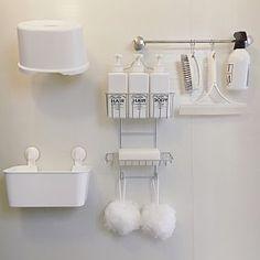 女性で、2LDKの、Bathroom/無印良品/ダイソー/IKEA/収納/お風呂/セリア/シンプル/モノトーン/お風呂場/一戸建て/詰め替えボトル/整理収納/お風呂収納/吊るす収納/ジェームズマーティン/モノトーンラベル/吊り下げ収納/泡立てボール/スクイージー/ホワイト収納/insta→syoko.t.homeについてのインテリア実例。 「お風呂吊り下げ収納✧...」 (2017-09-15 08:31:01に共有されました)