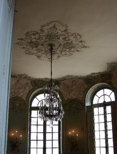this ceiling treatment is so divine, looks soooo much better than a white plastic medallion