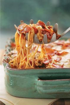 20 Comforting Pasta Recipes To Make This Fall Hosting An Italian-Style Dinner Party But Cant Decide On Pasta Or Pizza? Don't worry about it. This Genius Recipes Pairs Two Family Favorites. Beef Casserole Recipes, Pasta Recipes, Dinner Recipes, Cooking Recipes, Chicken Recipes, Potluck Recipes, Keto Recipes, Easy Ground Beef Casseroles, Quick Casseroles